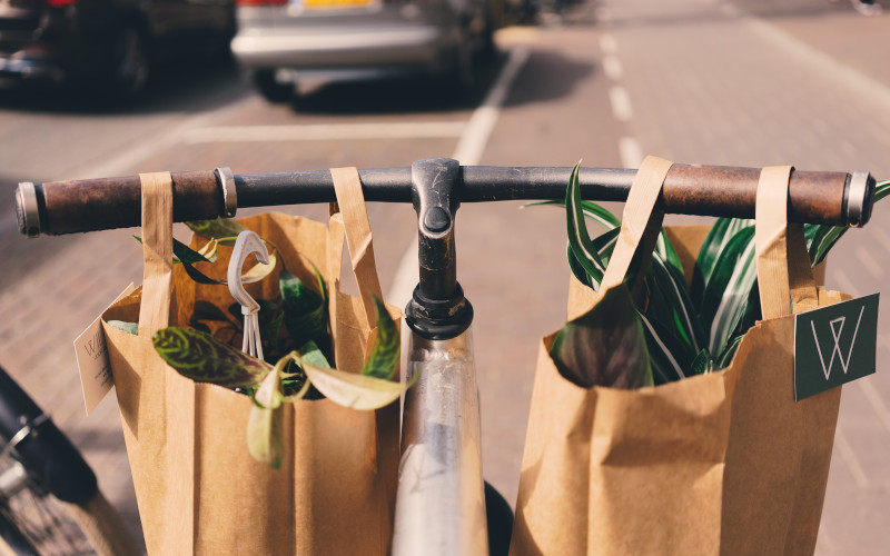 Bicicleta com produtos para mercearia no cesto