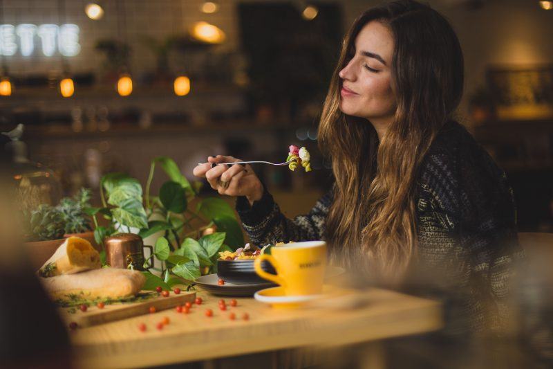 segurança alimentar: mulher comendo em restaurante