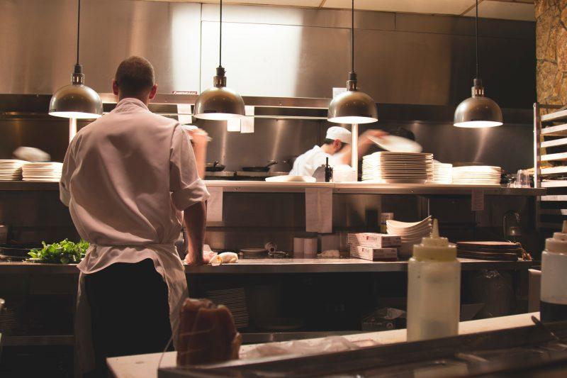 segurança alimentar: cozinha de restaurante