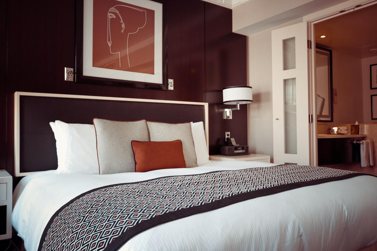 Cama do quarto de hotel