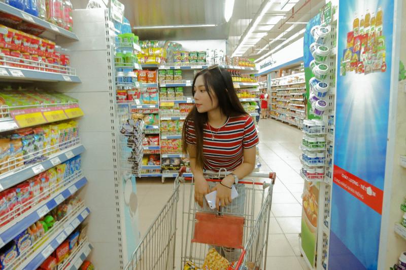 Jovem faz compras na mercearia