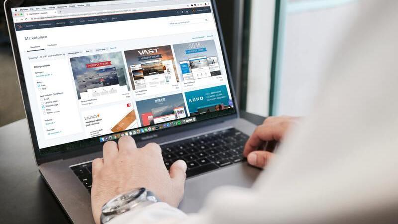 pessoa com as mãos sobre o teclado de notebook. A tela está aberta em um marketplace.
