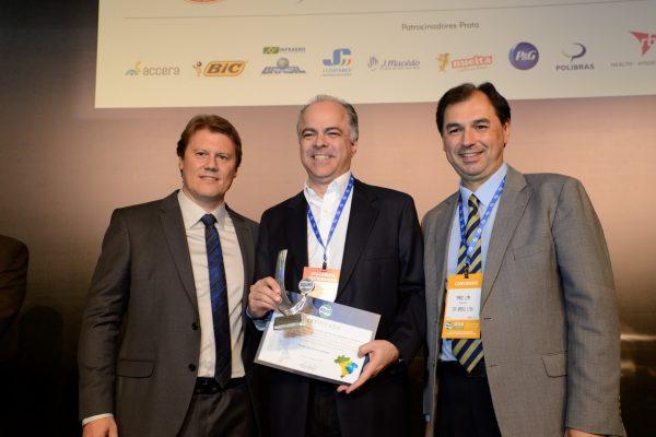 CEO Flávio recebe prêmio de melhor atacadista distribuidor nacional
