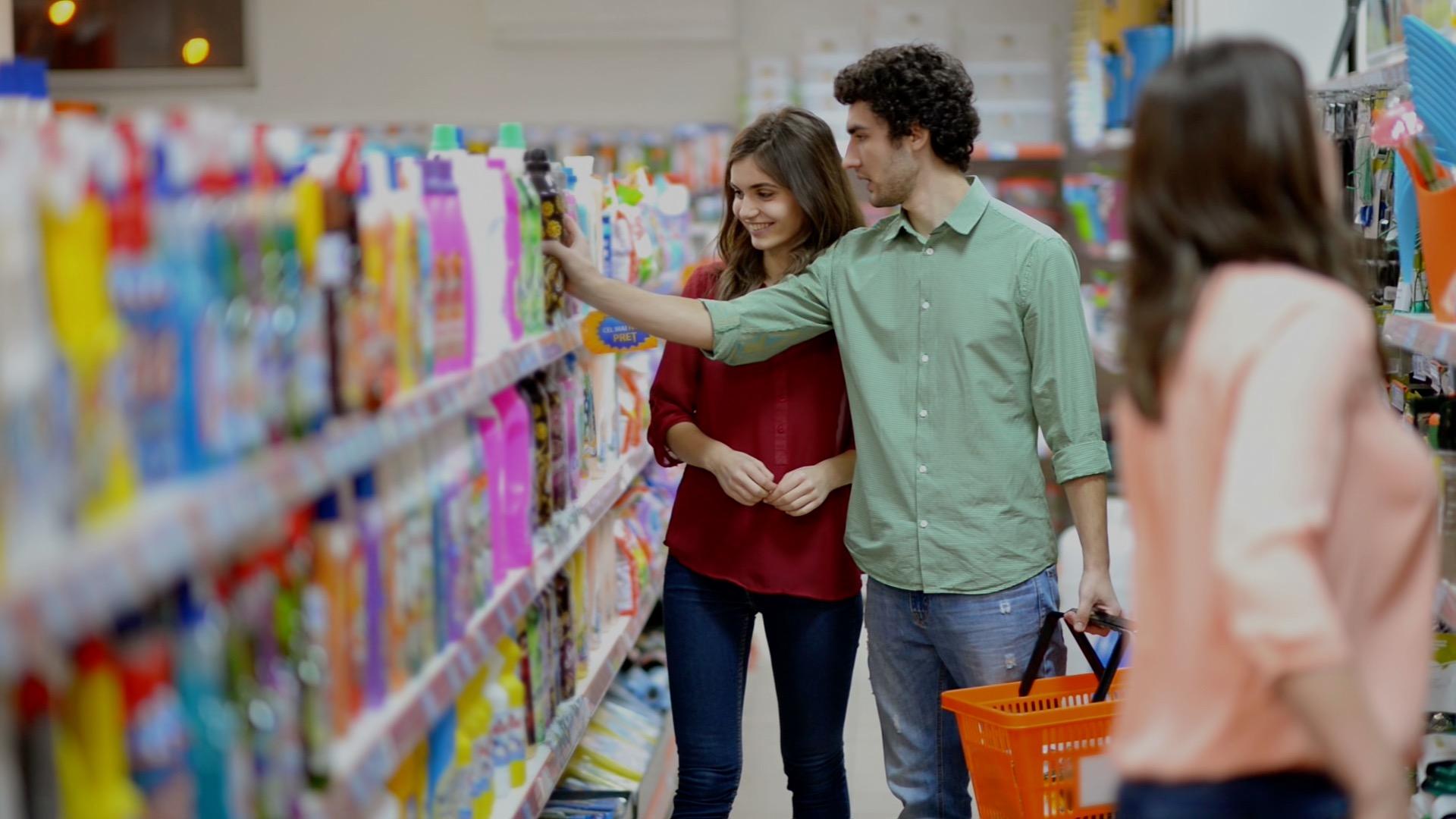 casal escolhendo produtos no supermercado