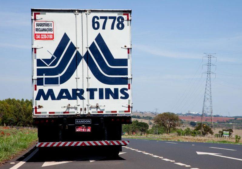 Caminhão do Martins na rodovia.