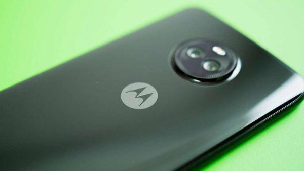 Moto Z3 Play de costas em um fundo verde