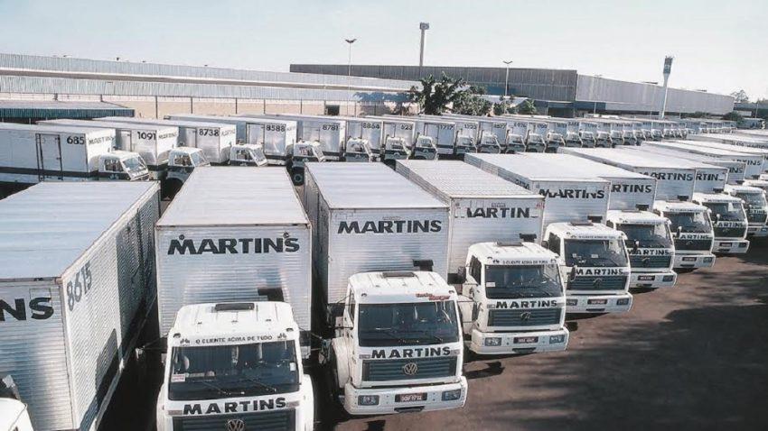 Frota de caminhões da logística do Martins