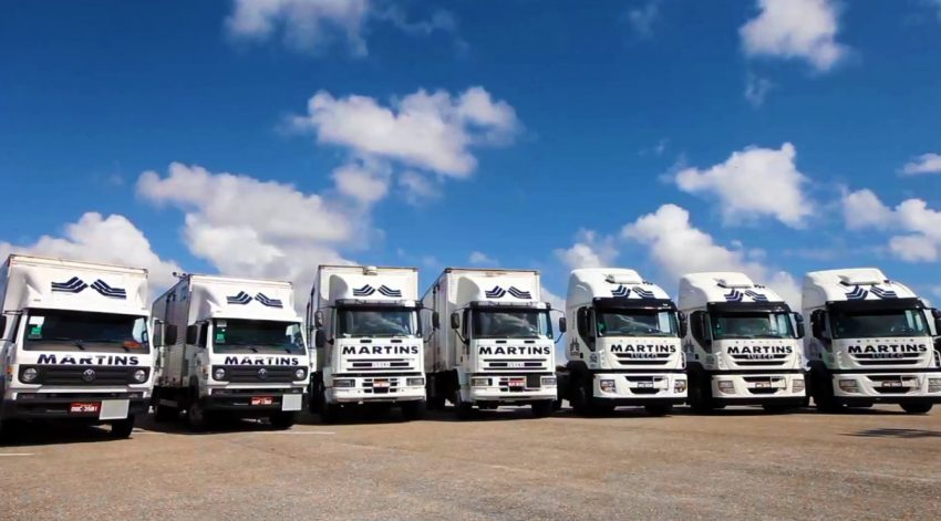 Panorâmica dos caminhões da frota de logística do Martins