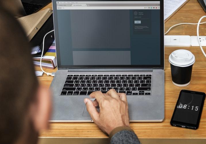 Pessoa usando um notebook para cadastrar a mercearia MEI