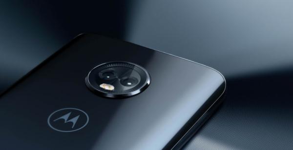 Moto Z3 Play de costas, com foco na câmera, com um fundo escuro desfocado.