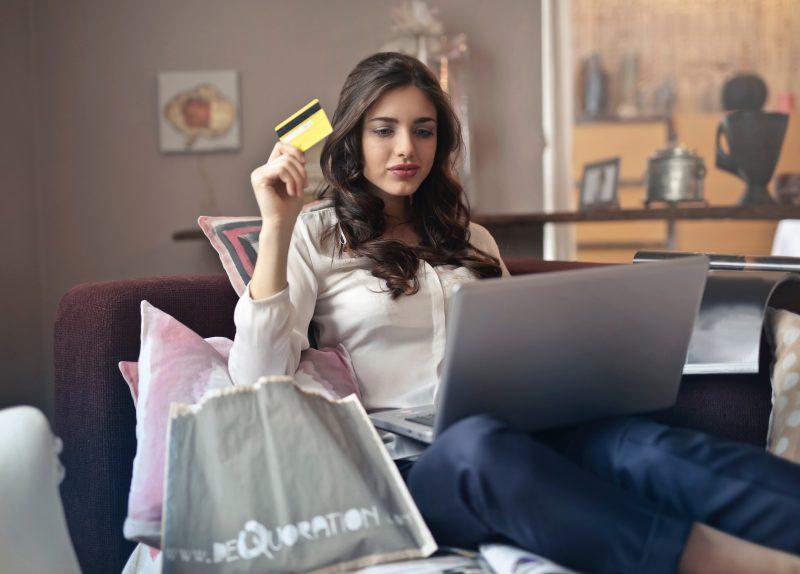 Fidelizar clientes no varejo: mulher realizando compras pelo computador