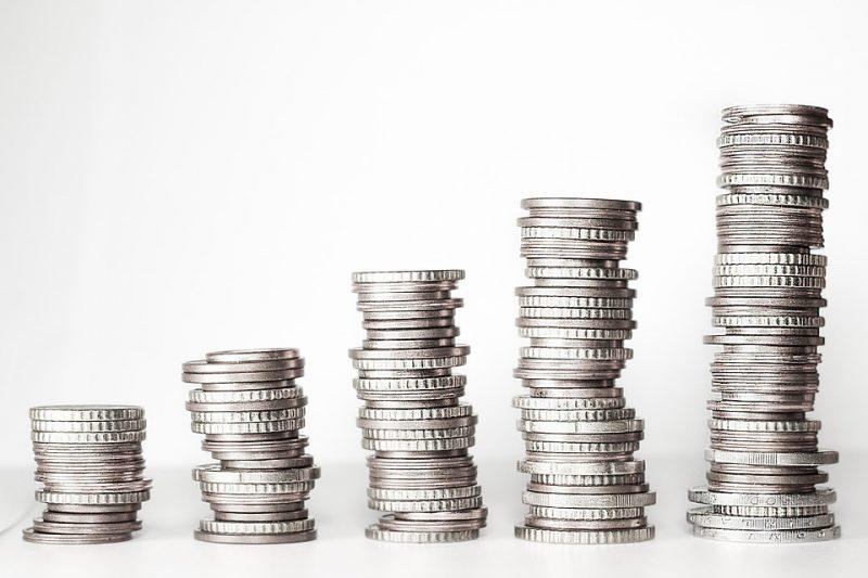 torres crescentes de moedas