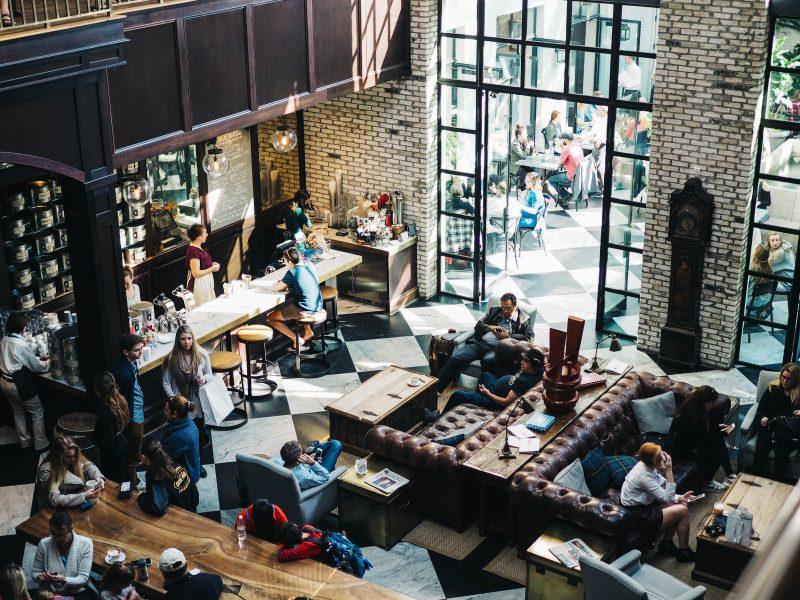 gestão de bares e restaurantes: foto por cima de um restaurante movimentado