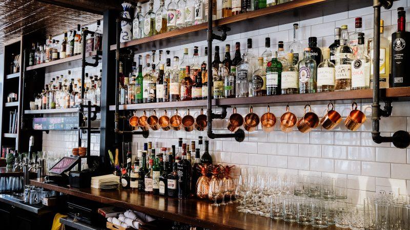 Gestão de bares e restaurantes: bebidas e copos atrás do balcão