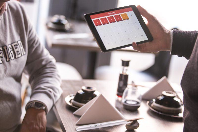 Gestão de bares e restaurantes: pedido sendo recolhido em tablet
