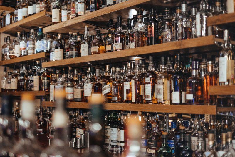 Gestão de bares e restaurantes: bebidas em prateleiras