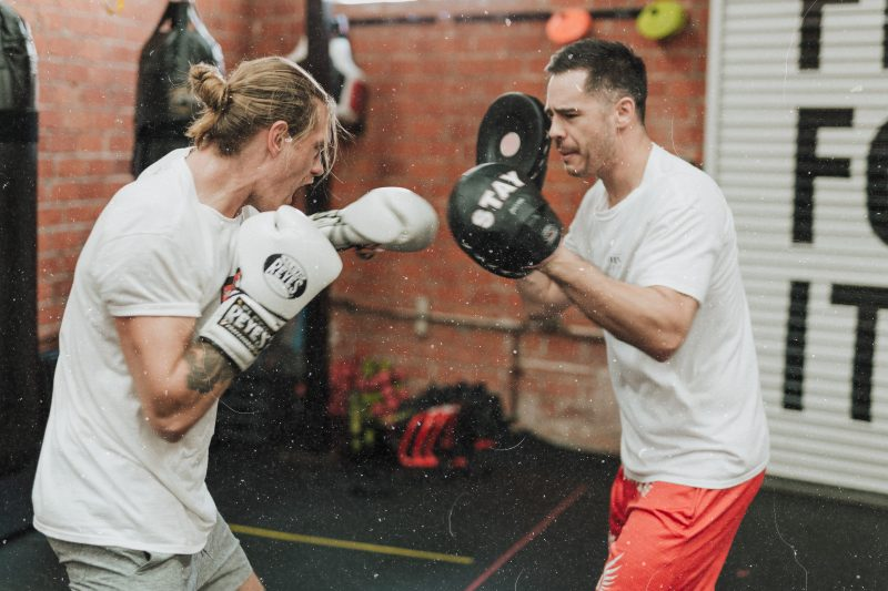Dois boxeadores treinando em uma academia