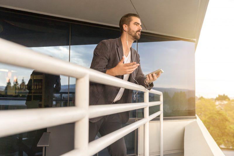 Representante de vendas martins: homem conversando no telefone em amurada