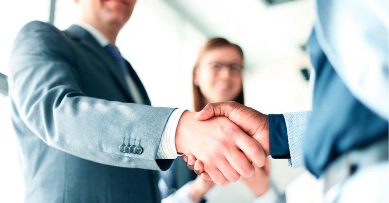 Martins Atacadista: Representante de vendas apertando mãos