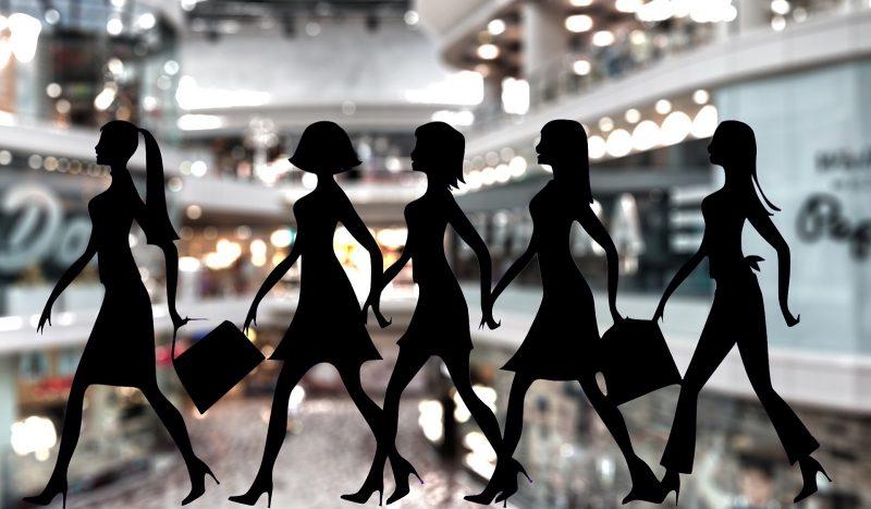 Fidelizar clientes no varejo: mulheres com sacolas de compra