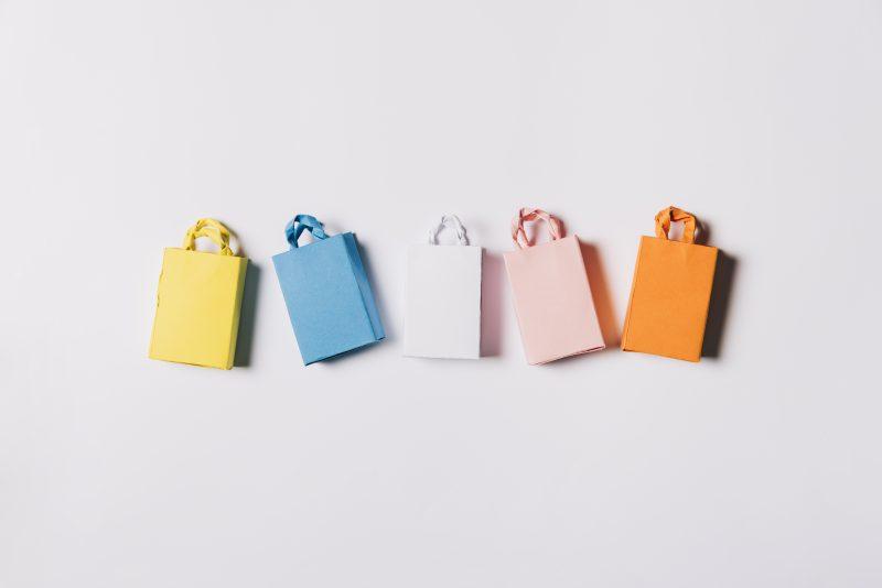 preparar para Black Friday; sacolinhas de compra em penduradas em parede rosa