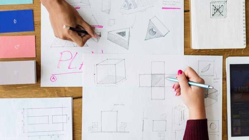 abrir a loja de materiais de construção: pessoas desenhando formas em papel grande