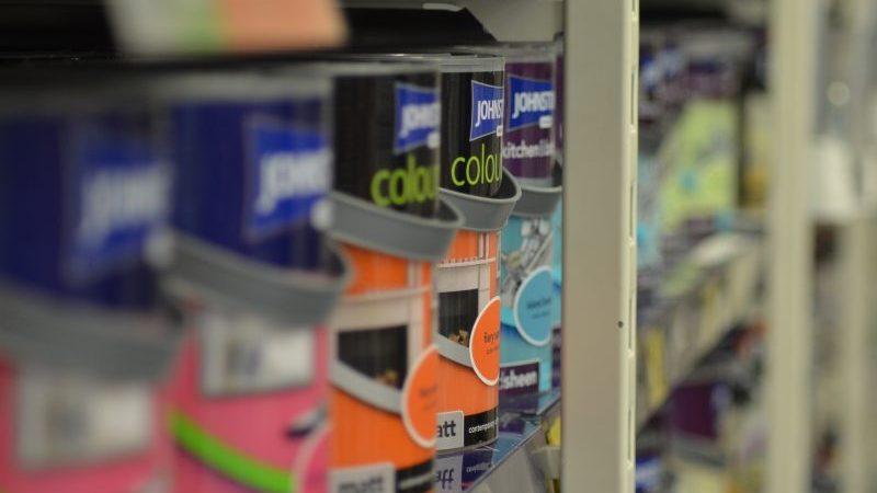 abrir uma loja de materiais de construção: prateleira com latas de tinta