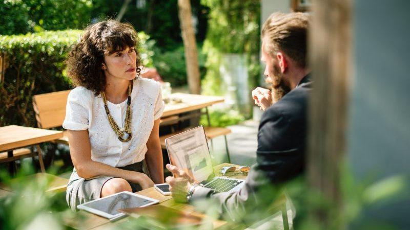 acalmar o cliente nervoso: um homem e uma mulher conversam em mesa