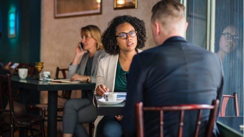 acalmar o cliente nervoso: homem e mulher sentados à mesa em restaurante