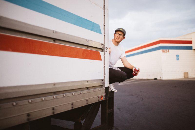 como montar delivery: rapaz em cima de caminhão
