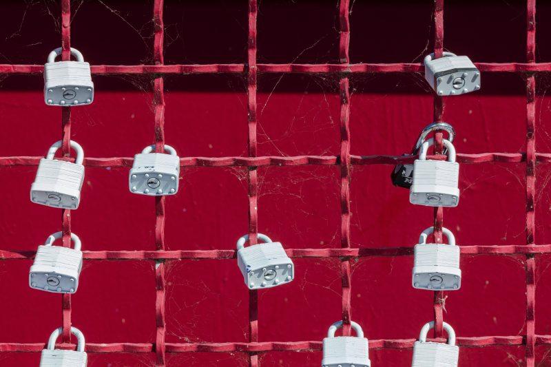 comprar com segurança: cadeados presos em grade vermelha