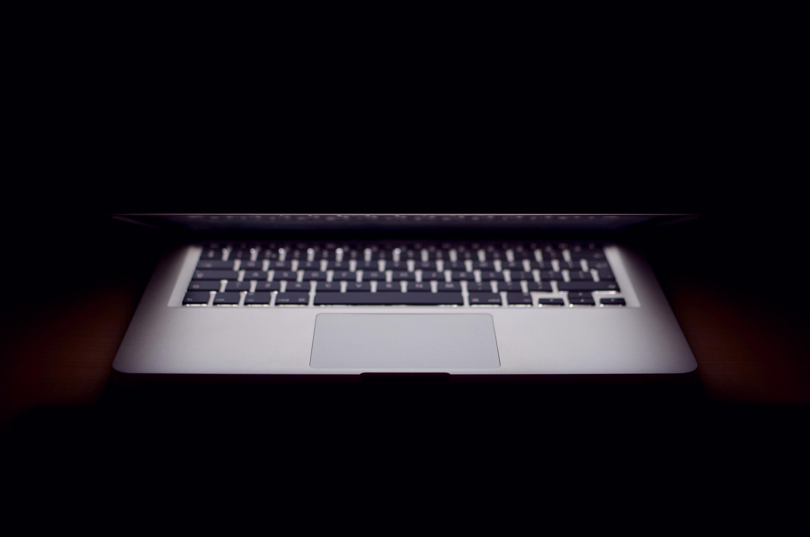 comprar com segurança: macbook meio fechado