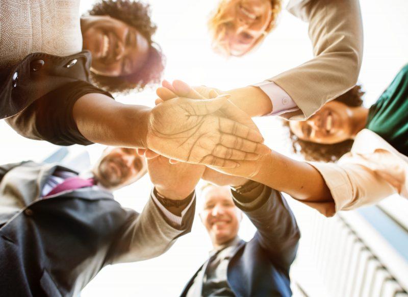 estratégias de vendas no varejo: equipe juntando as mãos