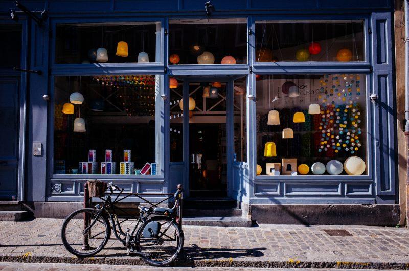 loja física ou virtual: frente de uma loja com bicicleta na calçada