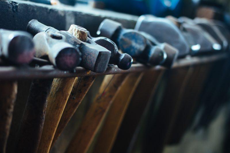 Ferramentas penduradas: você pode incluir no seu mix de materiais de construção itens que vendem regularmente.