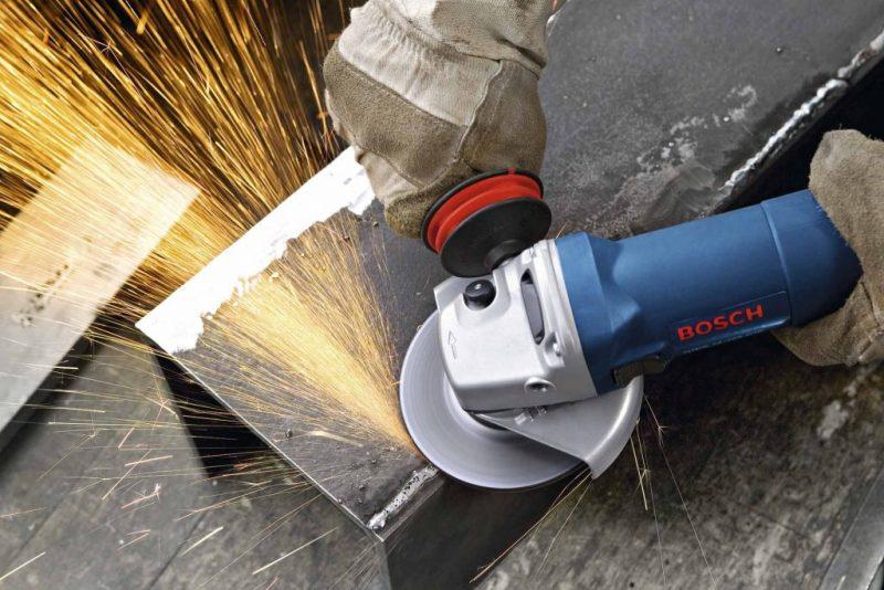 mix de materiais de construção: Esmerilhadeira em operação soltando faíscas