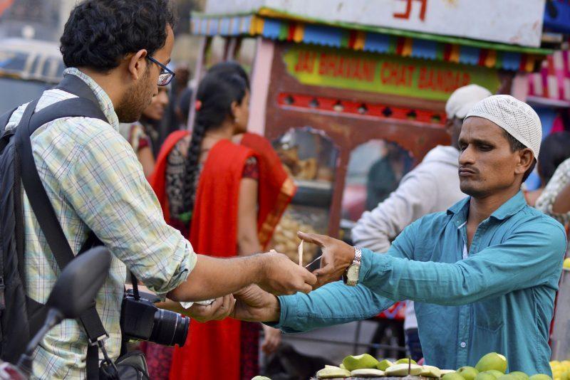 como abrir negócio com pouco dinheiro: vendedor realizando venda com cliente