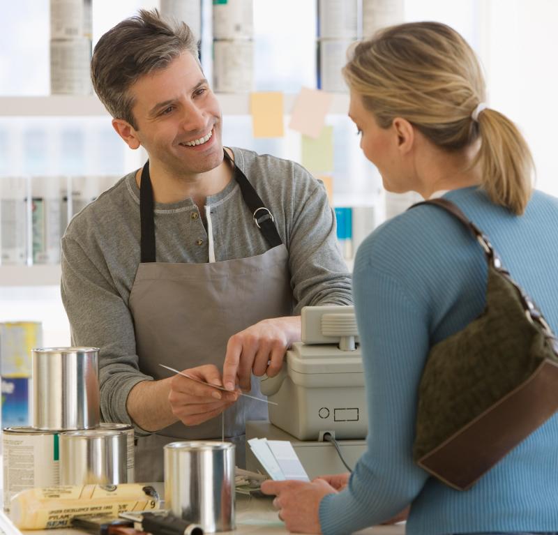 técnicas de venda: vendedor oferecendo serviço para cliente