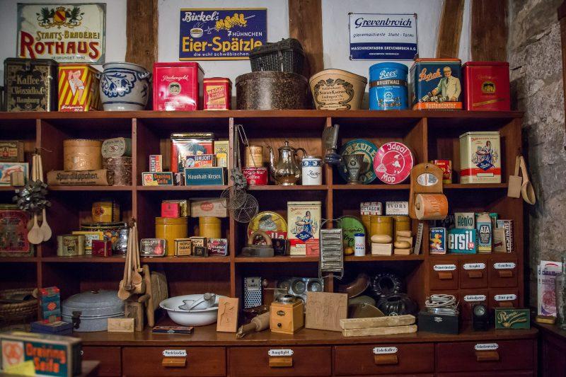 Experiência de compra: prateleira antiga com produtos vintage