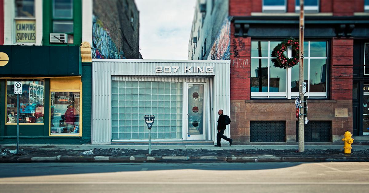 futuro do varejo: pessoa caminhando em rua com lojas