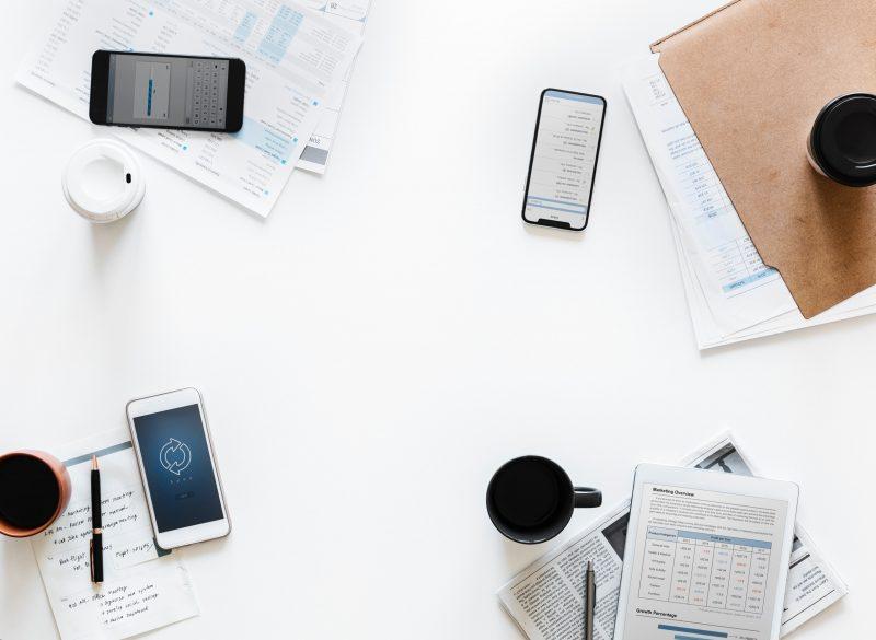 Como cuidar das redes sociais: mesa com café celular e análises