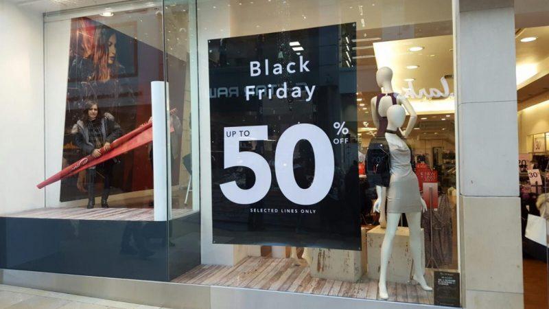 """Vender mais na Black Friday: cartaz anunciando """"Black Friday 50% off"""""""