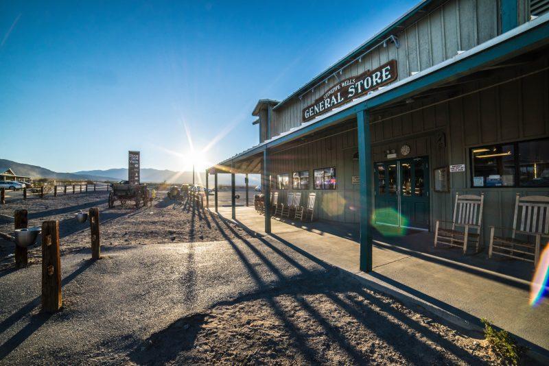 mix da loja agroveterinária: loja de madeira em deserto