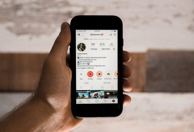 mão segurando celular com instagram. campanha de black friday