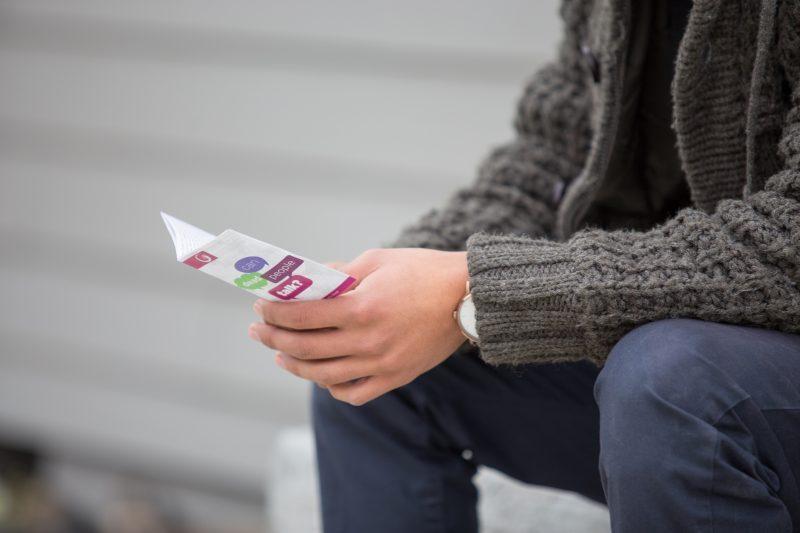 Pessoa lendo panfleto de campanha de black friday