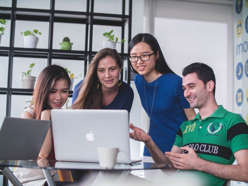 Pessoas olhando tela de computador. Campanha de Black Friday.