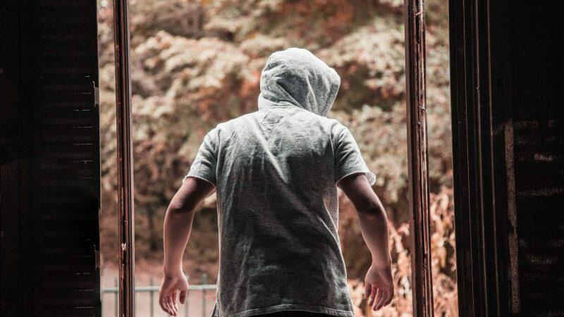 A imagem apresenta uma pessoa com moletom e capuz, simbolizando o furto no varejo.