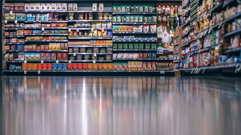 Produtos arranjados em uma prateleira de um supermercado.