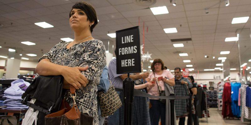 Clientes na fila: longo tempo para pagar pelos produtos pode causar problemas na Black Friday.