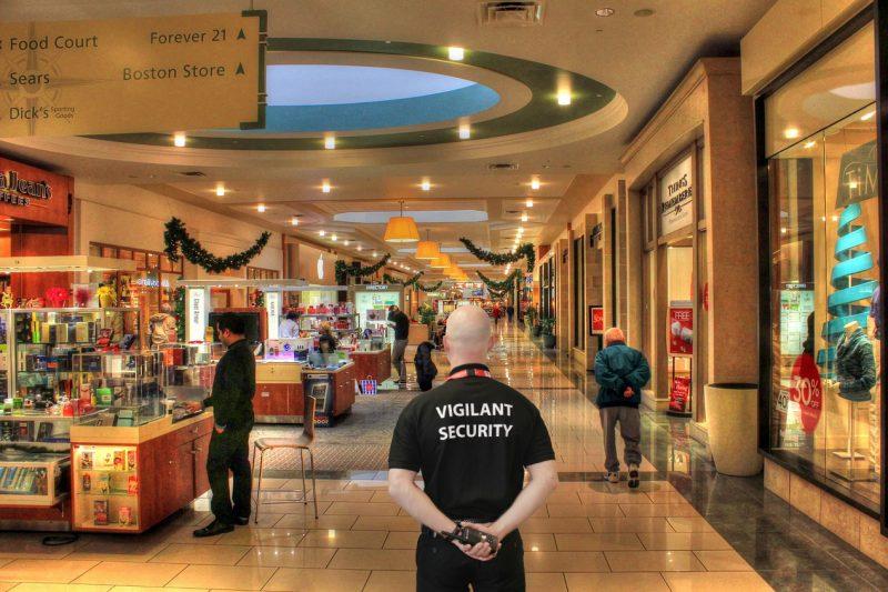 Profissional de segurança observa o movimento: apostar em profissionais ajuda a acabar com problemas na Black Friday